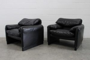 "Sublime Handsome Pair of Cassina ""675 Maralunga"" Armchairs in Jet Black Leather"