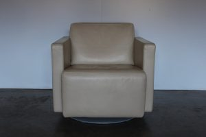 "Immaculate Sublime Walter Knoll ""Nelson 605"" Rotating Armchair in Cream Leather"